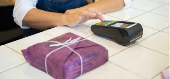 il pagamento fatto sfiorando il pos con il bancomat